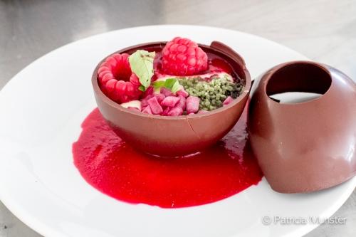 Hofstede Meerzigt - Chocoladebal met frambozencoulis, gummies, mint en verveine
