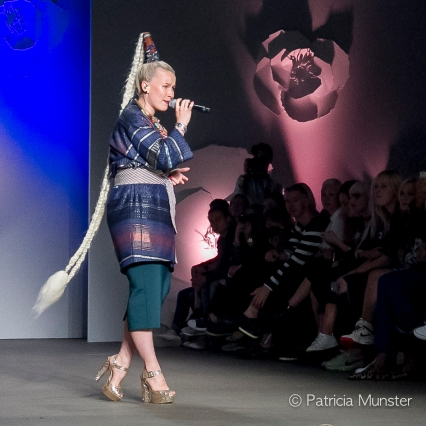 Anne Fay Kops sings at Oilily Fashion Show