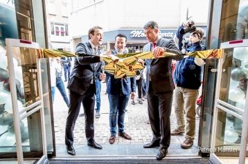 Wethouder Marc Rosier, eigenaar Edward de Boer en Otto Ambagtsheer van Unibail Rodamco openen MANGO Zoetermeer in Stadshart