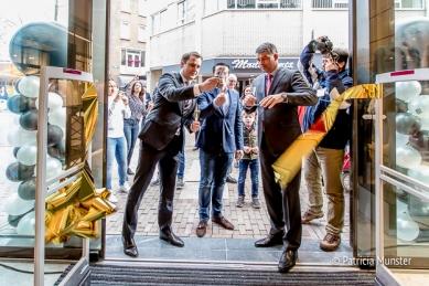 Wethouder Marc Rosier, eigenaar Edward de Boer en Otto Ambagtsheer van Unibail Rodamco openen MANGO in Stadshart Zoetermeer