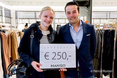 Edward de Boer feliciteert de winnares met haar cadeaubon van 250 euro!