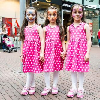 Drie geschminkte meiden in het roze!