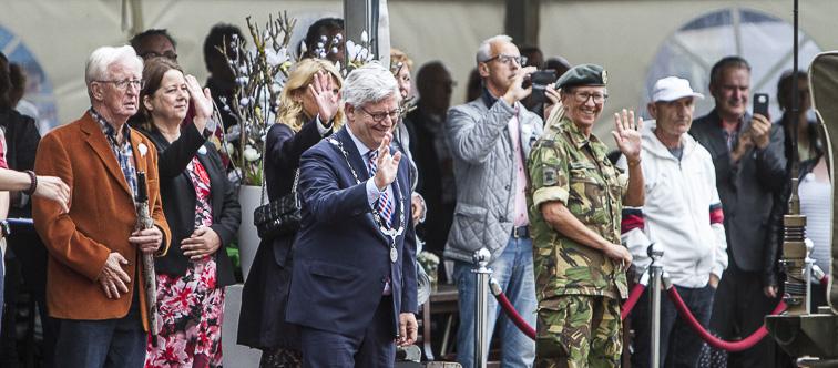 Burgemeester Charlie Aptroot verwelkomt de veteranen