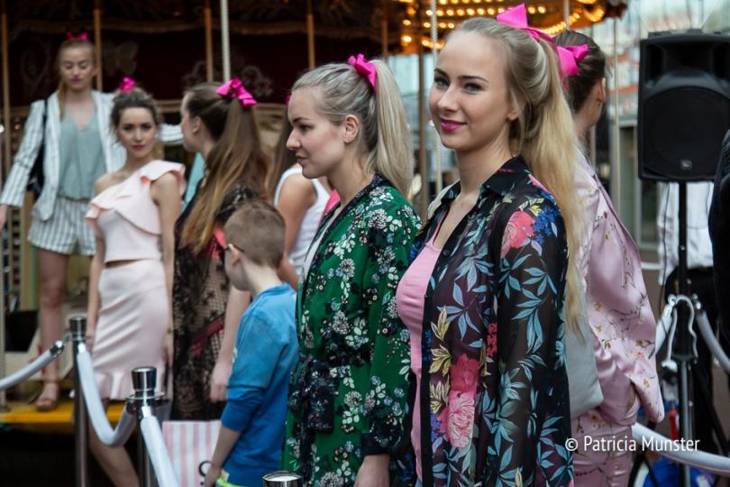 Roze strikjes in de modeshow