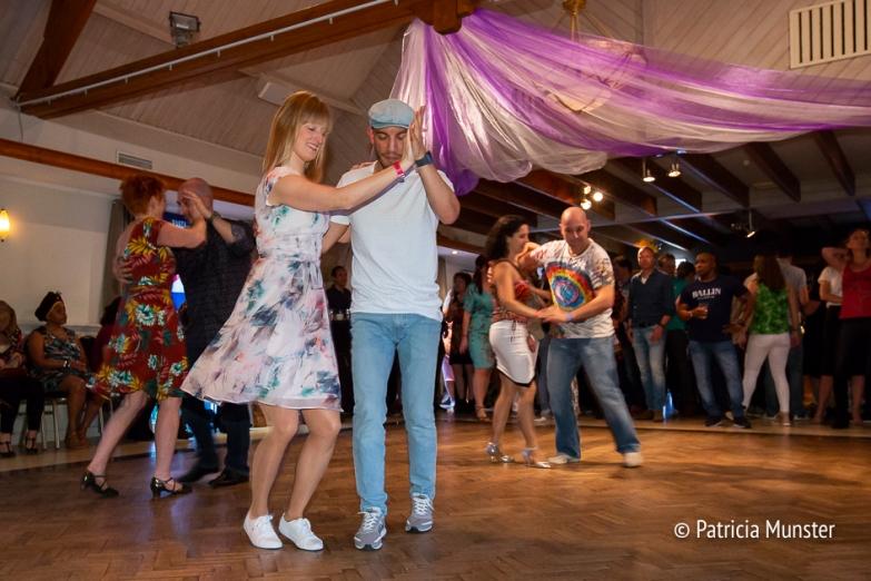 Vrolijke salsadansers