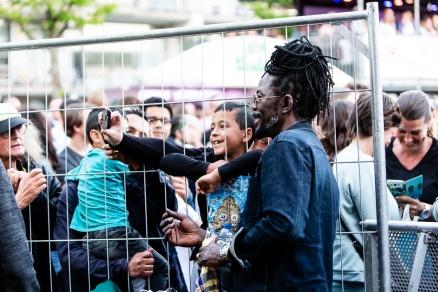 Kenny B poseert met zijn fans