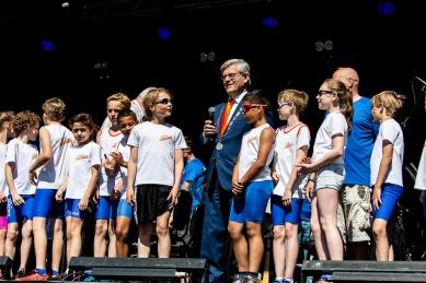 De burgemeester van Zoetermeer tussen de atleten van Ilion op het podium