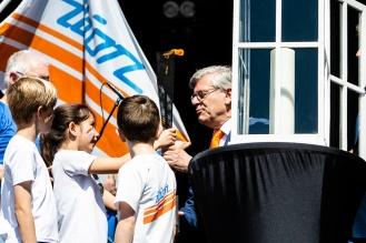 Het Bevrijdingsvuur wordt overgedragen aan de burgemeester van Zoetermeer