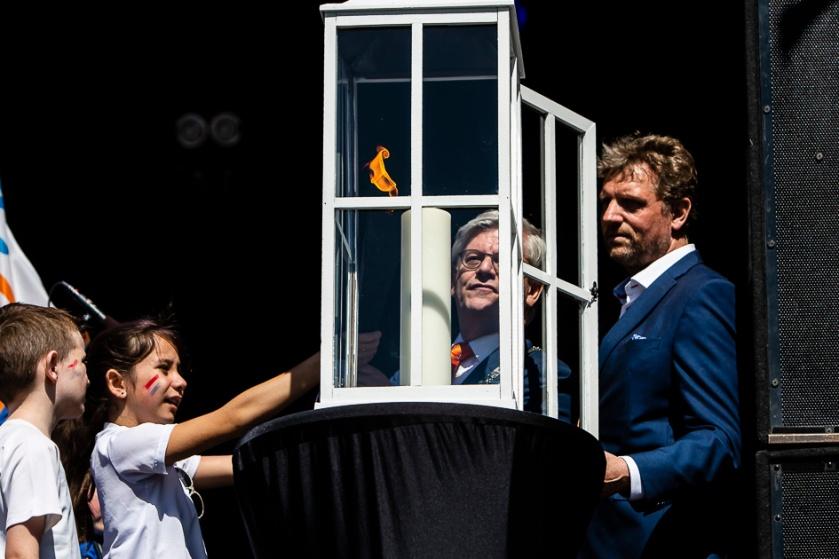 De burgemeester ontsteekt het bevrijdingsvuur!