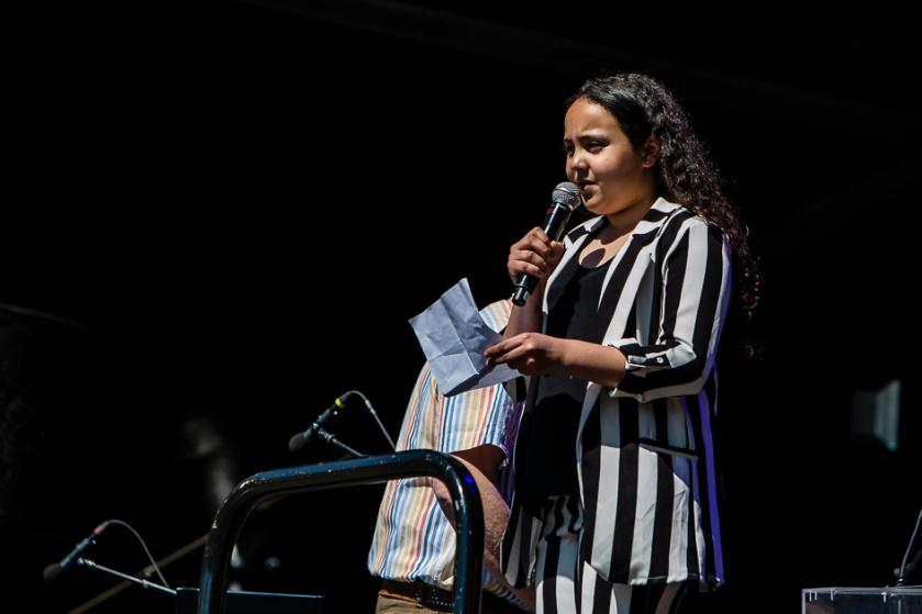Imane Moussaten, leerling van De Watersnip, leest het gewonnen herdenkingsgedicht voor.