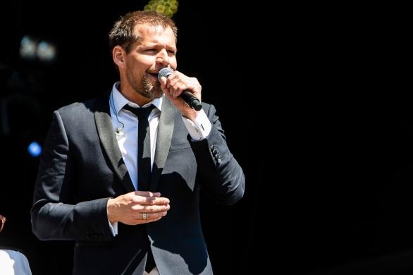René van Kooten zingt op het bevrijdingsfestival in Zoetermeer