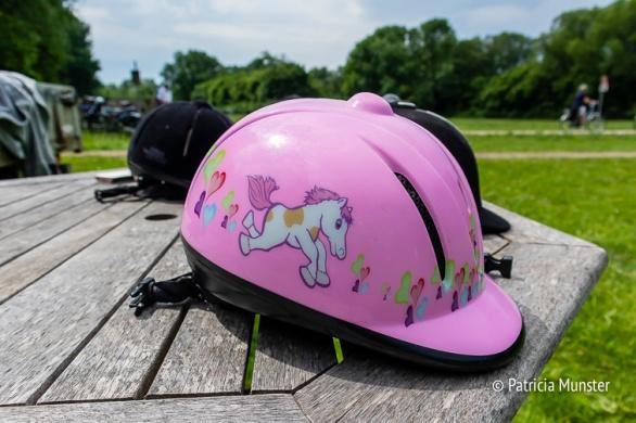 Veiligheid is belangrijk bij het pony rijden