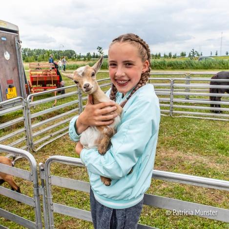 Knuffelen met een geitje