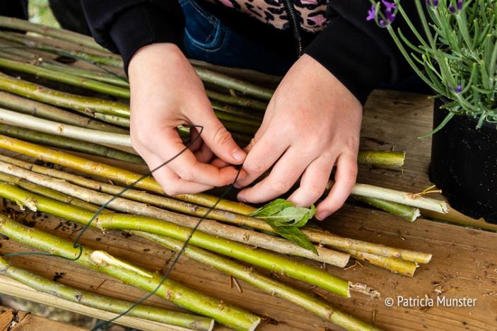 Een bloemstukje maken van wilgenhout