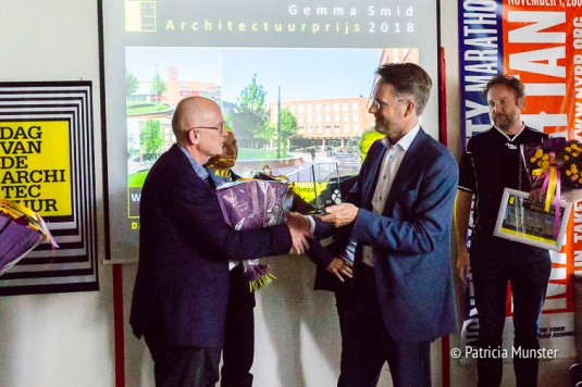 Gijs Tegelberg neemt de architectuurprijs in ontvangst