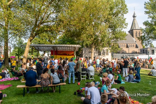 Gezellig druk bij Warm up Festival Rastaplas 2018 aan het Nicolaasplein in Zoetermeer