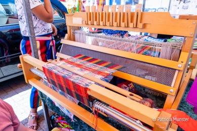 Weefgetouw met plastic slierten om tassen en matten te maken