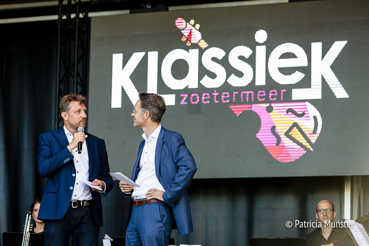 Ruud Steggerda, directeur Floravontuur en Robin Paalvast, wethouder cultuur openen het Festival Klassiek Zoetermeer