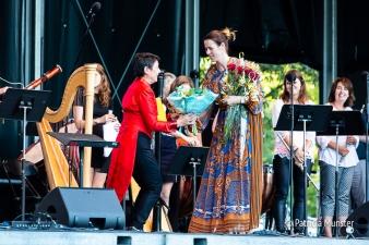 Birgitta Leidelmeijer ontvangt bloemen