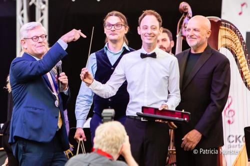Emile Chappin ontvangt de gouden baton van Zoetermeer