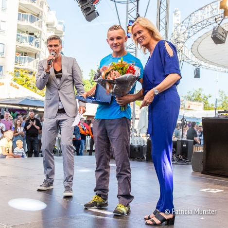 Sporttalent Kyvan Rietkerk - Tennis ontvangt zijn titel van wethouder Ingeborg ter Laak