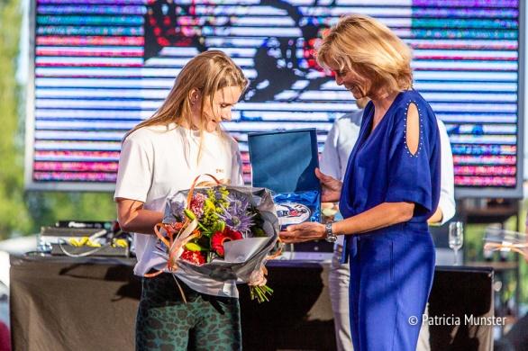 Yara van Kerkhof ontvangt de titel beste sportvrouw uit handen van wethouder Ter Laak