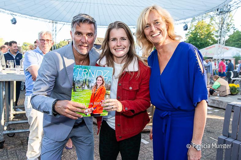 Viggo Waas, Yara van Kerkhof en Ingeborg ter Laak met het glossy magazine van Zoetermeer