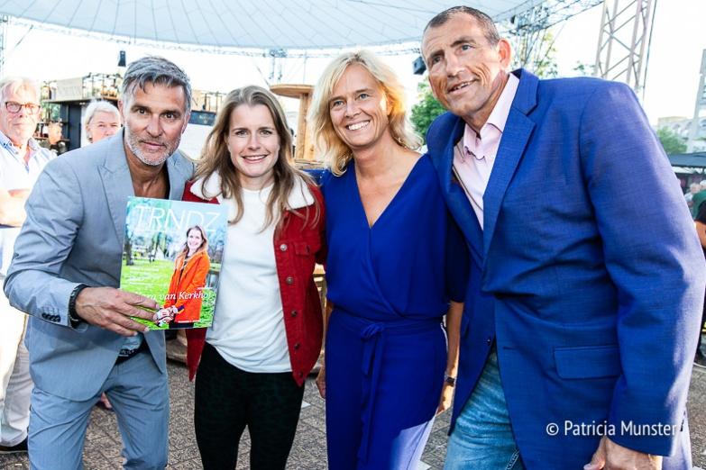Viggo Waas, Yara van Kerkhof, Ingeborg ter Laak en Ed Bontrop met het glossy magazine van Zoetermeer, TRNDZ