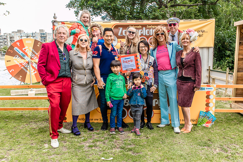 De hoofdprijs 'een minuut gratis winkelen bij Hoogvliet Cadenza' viel op dit gelukkige gezin bij de Zomerloterij!