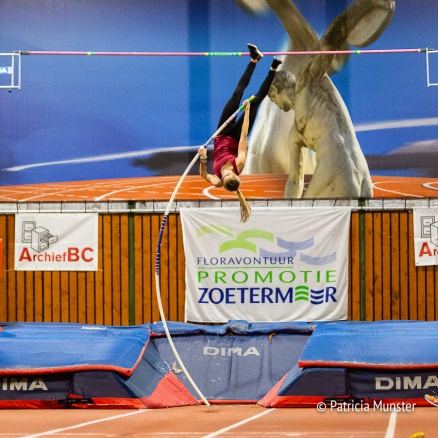 Polsstokhoogspringen bij Ilion in Zoetermeer met Tiziana Ruiz Dominquez