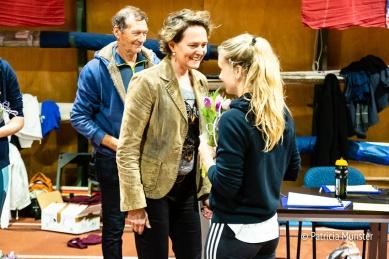 Alle deelnemers krijgen een bos tulpen met Sandra van der Geer