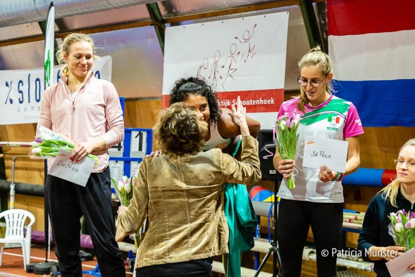Sandra van der Geer feliciteert Killiana Heijmans met haar eerste plaats